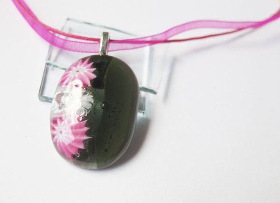Szürke virágágyás medál