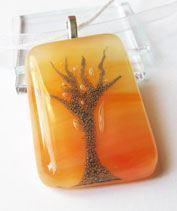 Narancs színű fa medál