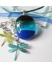 Kis kékcsíkos szitakötőkkel üvegmedál