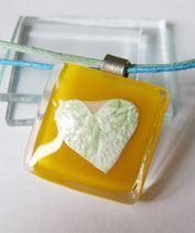 Sárga szívecskés üvegmedál