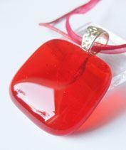 Áttetsző piros üvegmedál