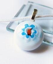 Kis kék virágmedál kislányoknak