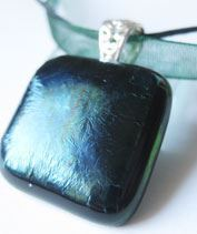 Irizáló zöld medál