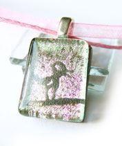 Kismadár rózsaszínen medál