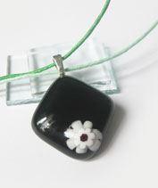 Magányos kisvirág üvegmedál