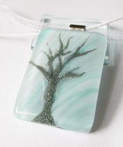 Halványkék fa üvegmedál