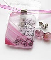 Rózsaszín csipkés üvegékszer