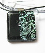 Csipkés fekete-zöld üvegmedál