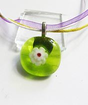 Zöld virágmedál kislányoknak