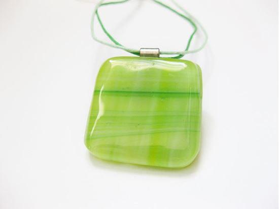 Világoszöld üvegékszer medál