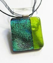selyemzöld üvegmedál